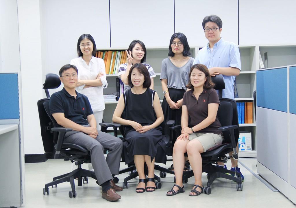 일과 사람- 새로운 얼굴들 - 자료원_단체사진